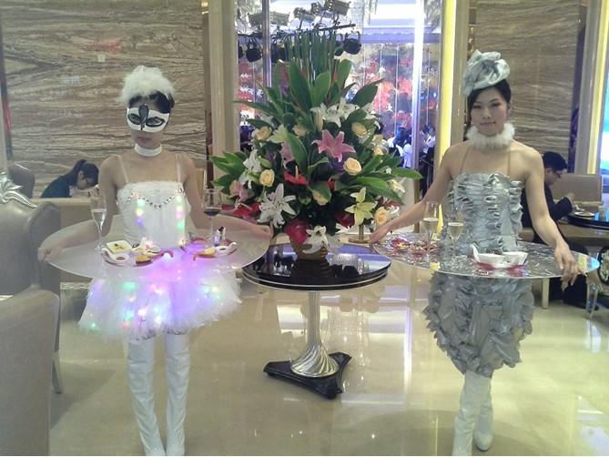 广州餐桌真人表演、美女美女秀表演、机器不倒纯内衣美女子图片
