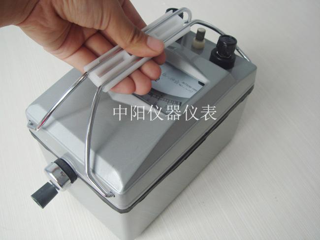 三、操作与使用 1、本仪表在使用时须远离磁场,水平放置。 2、在作绝缘测定时,可将被测物的两端分别连接在接地及线路两接线柱上,按额定转速转动摇柄,即可测得电阻数值。 3、在作通地测试时,将被测端接线路而以良好之地线接于接地柱上。 4、在进行电缆缆芯对缆壳的绝缘测定时除将被测两端分别接于接地与线路两接线柱外,再将电缆壳芯之间的内层绝缘物接保护环,以消除因表面漏电而引起的测量误差。 四、注意事项 1、绝缘电阻表在不使用时应放于固定的橱内,环境气温不宜太冷或太热,切忌放于污秽,潮湿的地