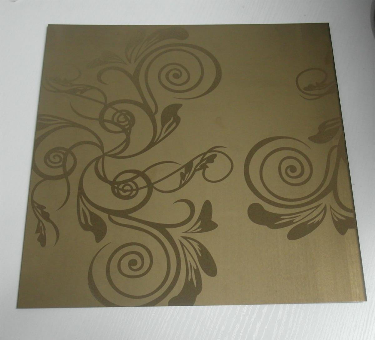 彩色不锈钢蚀刻板是在物件表面通过化学的方法,腐蚀出各种花纹图案。以8K镜面板或者拉丝板为底板,进行蚀刻处理后,对物件表面再进行深加工,可进行局部的和纹、拉丝、嵌金、局部钛金等各式复杂工艺处理,实现图案明暗相间,色彩绚丽的效果。蚀刻不锈钢包括彩色不锈钢蚀刻,图案多种,可供广大客户选用的颜色有:钛黑(黑钛)、天蓝、钛金、宝石蓝、咖啡色、茶色、紫色、古铜色、青古铜、香槟金、玫瑰金、紫红、钛白、翠绿、绿色等,适用于:星级酒店、KTV、大型商场、高级娱乐场所等。