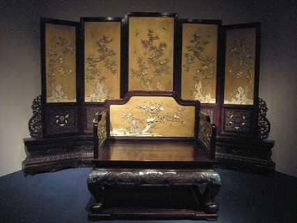 谢岗镇广盛雅金丝楠木家具制造商黄秀山说,东莞家具产业规模不小,特别