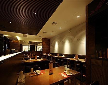 现代餐馆装修设计中重要的一点是要实用,其次是要有个性、有品位。所有这一切无非都要考虑一个原则:增加顾客的好感度,促进顾客的购买欲。要做到这一点,装修时就要注意以下问题。 餐桌色彩的搭配要和谐,灯光照明最好以暖色调为主。背景音乐以轻柔舒缓为主调,买餐、就餐路线要合理规划。