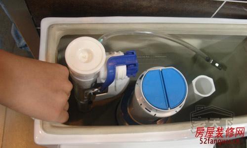 上海闵行区马桶维修 更换进水阀出水阀图片