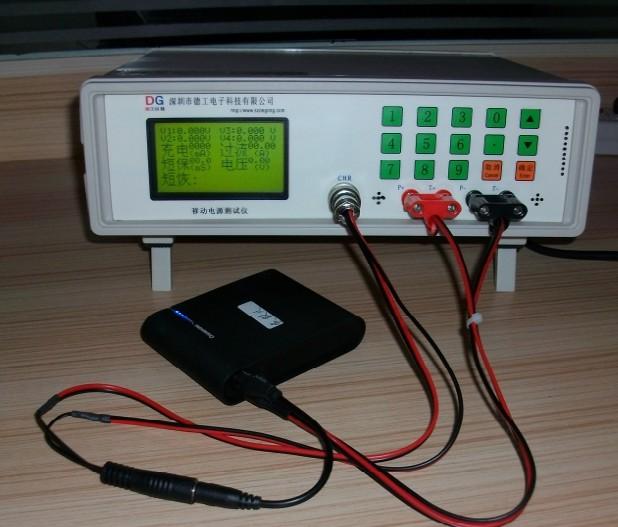 手机外挂电池后备电源充电宝e电源综合检测仪器 (注:此仪器不测试移动电源容量) 手机移动电源是一种集供电和充电功能于一体的便携式充电装置的电能存储器,可给手机等数码设备随时随地充电或待机供电。一般由聚合物锂离子电芯作为储电载体。区别于产品内置的电池,也叫e电源、易动电、便携式充电器、充电宝、手机外挂电池、后备电源等。 移动电源测试仪V125是深圳市德工电子科技有限公司(德工仪器)专为手机移动电源的生产检测而开发的一款高精度仪器;通过测试电源的负载、充放电电流、保护功能、USB放电端小电压等基本性能参