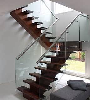 半圆形玻璃楼梯