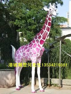 田园生活色彩仿真动物雕塑摆件 户外玻璃钢长颈鹿雕塑定制厂家