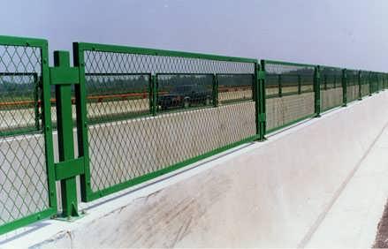 采购防眩光高速公路护栏防撞隔离网联系慕源,量大从优