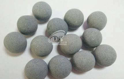 棕刚玉研磨石是一种由天然铝矾土为原料,在电弧炉内经过高温治炼提纯精炼后,电炉