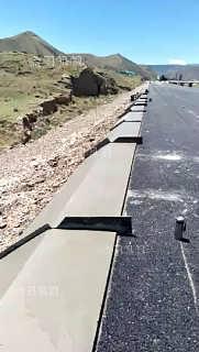 一步到位使用路缘石滑模机不用预制工作真省事
