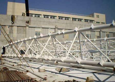 主桁架属于空间管桁结构,截面为正三角形,上下弦主管均由两段园弧相连