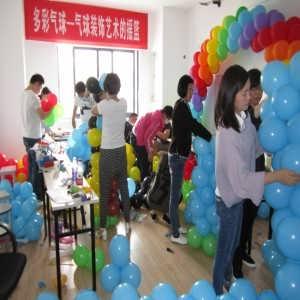 一个长气球编皇冠步骤图解